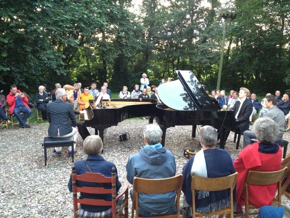 Toegift door het piano duo Blaak in de buitenlucht (14 juli 2012)